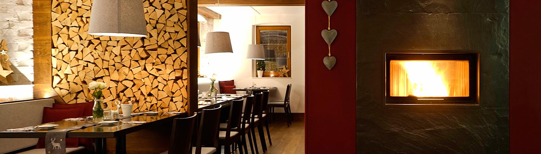 Die Gasträume des Restaurants mit gemütlichem Kaminfeuer und stilvoller Einrichtung