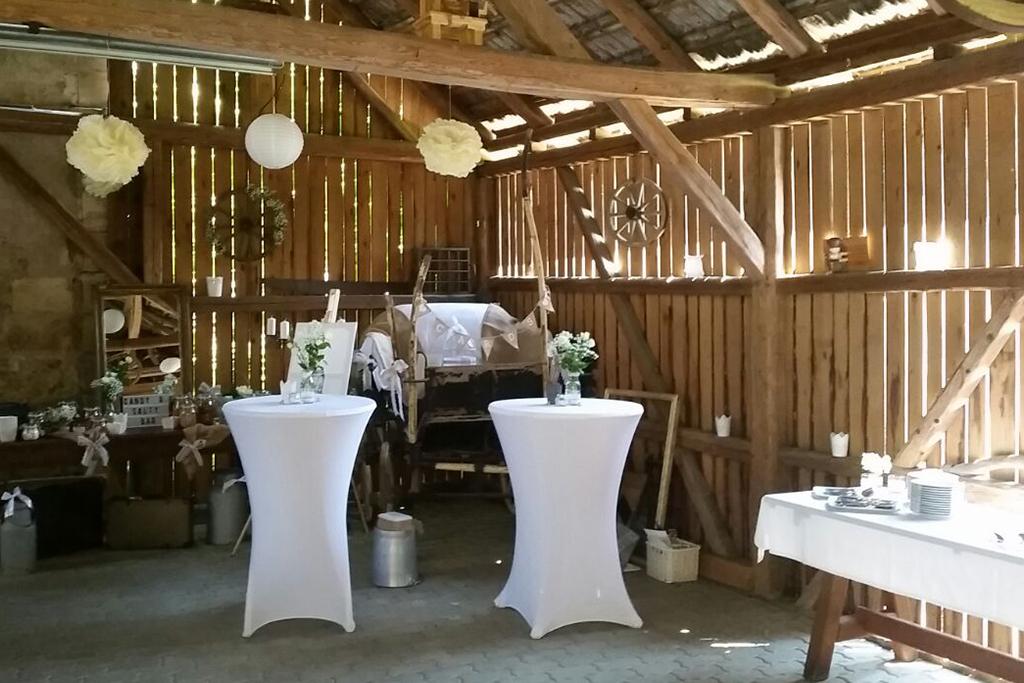 Die geschmückte Hochzeitsscheune