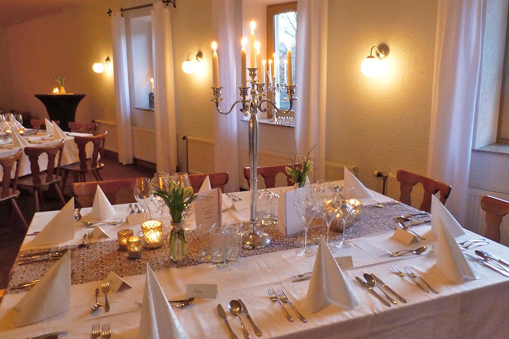 Festlich geschmückte Tische für die Hochzeit